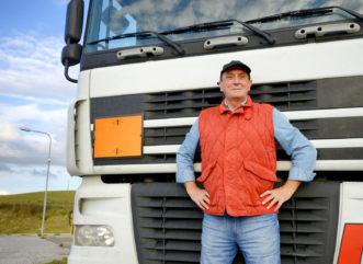 Praca jako kierowca – plusy i minusy zawodu. Dlaczego warto szkolić się na kierowcę zawodowego?